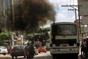 São Paulo, SP. 01.03.2002. 14h. Foto: Juca Varella/Folha Imagem. Digital -- Ônibus com motor desregulado transitando pela Av. Ibirapuera, soltando rolos de fumaça.